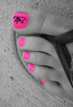 Pink Browning toenail paint job it's country    Nagelsfoods.com