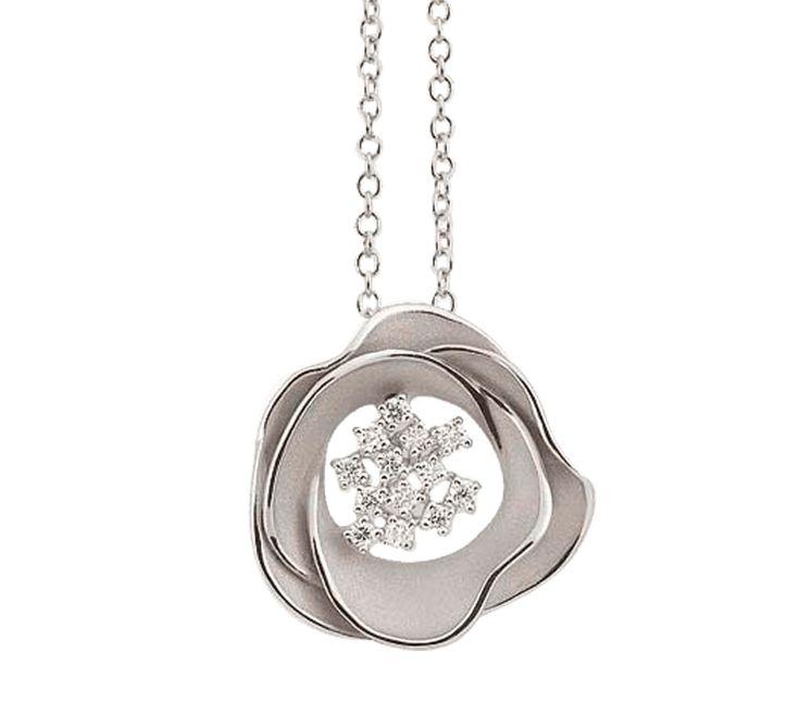 Прелестное украшение, которое подчеркнет Ваш элегантный стиль. Кулон из белого золота с бриллиантами напоминает цветок с нежными лепестками. Изысканное ювелирное украшение подарит Вам прекрасное настроение на каждый день.