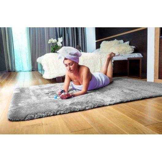 Sivý plyšový koberec