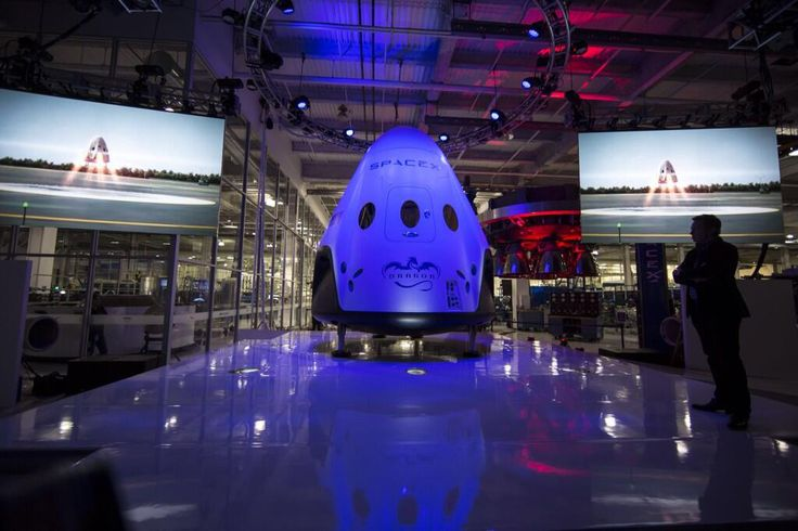 In an event worthy of a Hollywood premiere, billionaire inventor Elon Musk unveiled – quite literally – his new manned Dragon Version 2 spacecraft Thursday night (May 29), 2014.