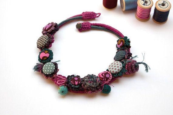 Collana di fibra colorata crochet con bottoni di di rRradionica