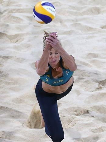 La australiana Tamsin Hinchley salva balón en el voleibol playero.    Foto: AP