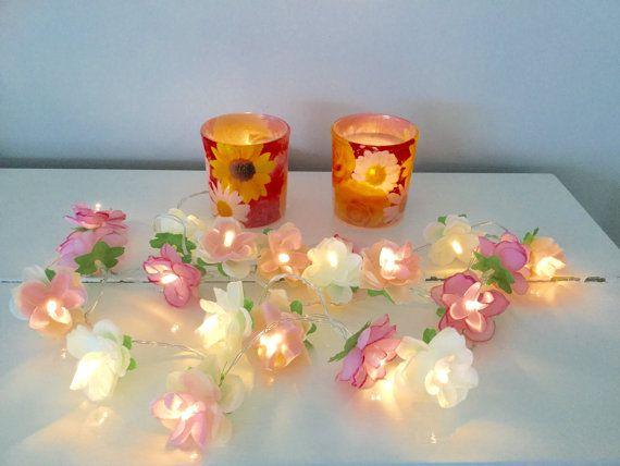 Zomer roze fairy lichten. Een decoratieve tekenreeks van 20 rozen met warm witte LED-verlichting in de kleuren roze, perzik en wit.  Deze prachtige fairy lichten worden aangedreven door batterijen, wat betekent dat u kunt alles wat die je wilt decoreren.  De rozen meten 5 cm over (1.96 inch).  Lengte van tekenreeks van 20 rozen is 210 cm (ongeveer 83 inch) en 20 cm (7,87 inch) van het pak van de batterij-kabel.  2 x AA batterijen zijn vereist.  Batterijen zijn niet inbegrepen.  Deze fairy…