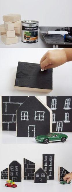 以前Locariでも紹介した黒板塗料を使ったアイディアです。カットした木材に黒板塗料を塗っただけの積み木。その日の気分で建物を変えられて楽しそう。