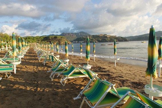 I primi raggi del sole sulla nostra spiaggia