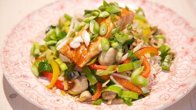 Oosterse zalm met wokgroente - recept | 24Kitchen