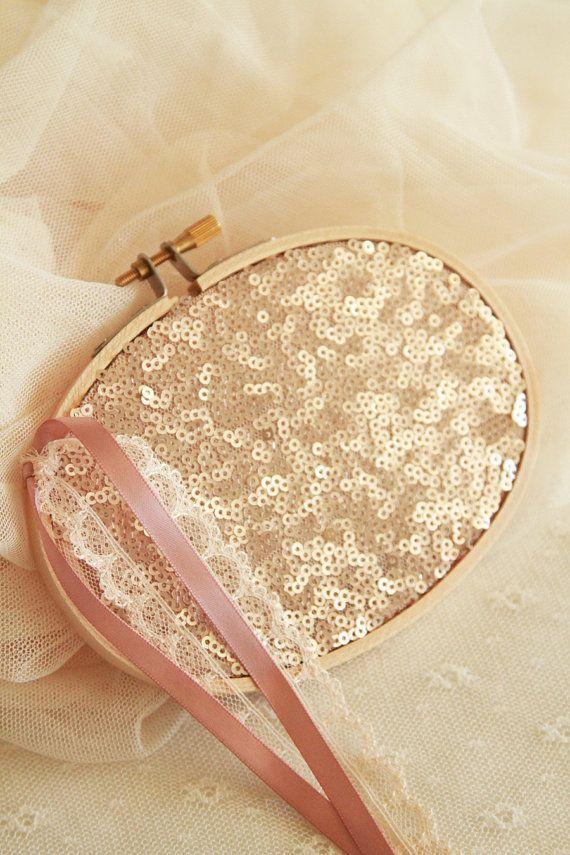 Porte-alliances glitter rose bush, ruban satin blush et ruban dentelle nude. Adorable tissu paillette accrochant la lumière. Très original et féminin à la fois. Dans lair du temps...  Parfait pour thème Bohème, glitter ou mariage rose poudre. Possibilité de lavoir en forme ronde, me contacter.  Couleur: rose blush Forme ovale: nouvelle collection  Taille: 14 cm de diamètre.  -------------------------------------------------------------------------------------------------  Glitter pink bush…