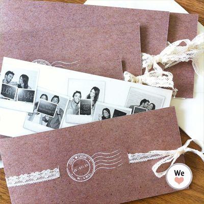 Annuncio formato aperto 42x10, stampato su carta martellata neve, chiuso a libro formato 21x10, rilegato con pizzo passante; All'interno un cartoncino con le foto polaroid
