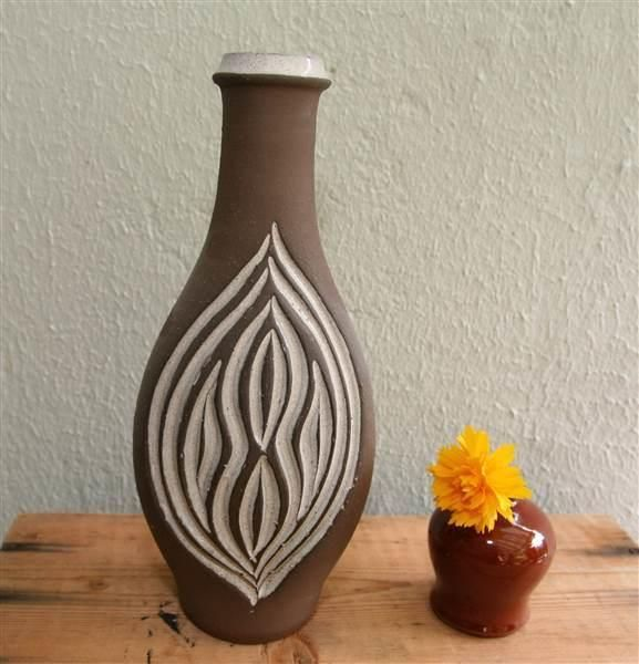 ¤¤ Retro vase fra LARHOLM. Vase i kermikk fra Larholm. Samme dekor på begge sider. Glasert innvendig. Høyde 25cm.