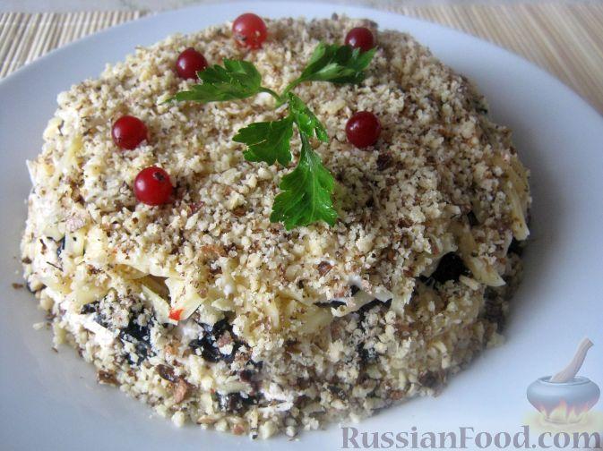 Фото к рецепту: Салат слоеный с черносливом «Увертюра»