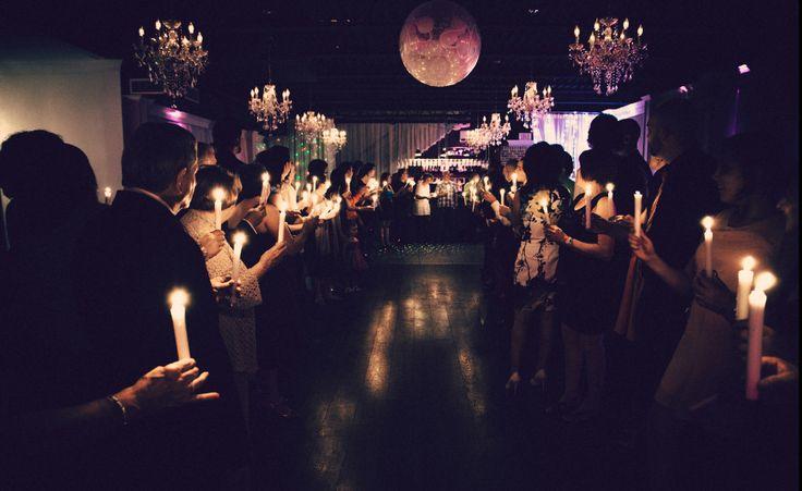 Crédit photo: Simon Laroche Photographie Le pont de lumière avec chandelles pour l'entrée des mariés.  Remarquez le ballon-jarretière accroché au plafond.