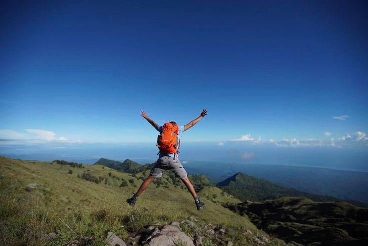 Jump!  Thanks @eigeradventure for those fabulous gear.  #Rinjani #EigerAdventure