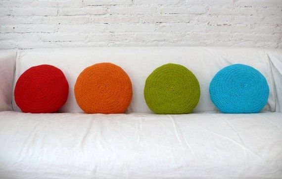 coixins de colors (però no de gantxillo): Crochet Round, Circles Pillows, Crochet Pillows, Colors Pillows, Crochet Cushions, Round Pillows, Rainbows Pillows, Round Crochet, Crochet Knits