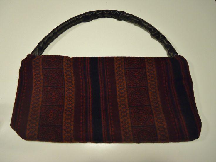 DIY handtas gemaakt van 2 sjaals (etnisch printje) (buitenkant en voering) en handvat gemaakt van plastiek buis overtrokken met fake leer