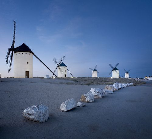 Campo de Criptana. Ciudad Real. ¿Siguen ahí esos mismos molinos o ha cambiado ese paisaje? ¿Cómo son ahora los molinos que vemos en nuestros paisajes? ¿Qué creéis que diría Don Quijote de los aerogeneradores actuales? Esos sí que le parecerían gigantes, ¿verdad?