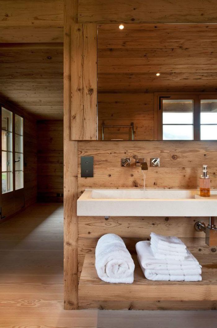 salle de bain rustqiue en bois, style épuré contemporain, lavabo blanc rectangulaire et grand miroir