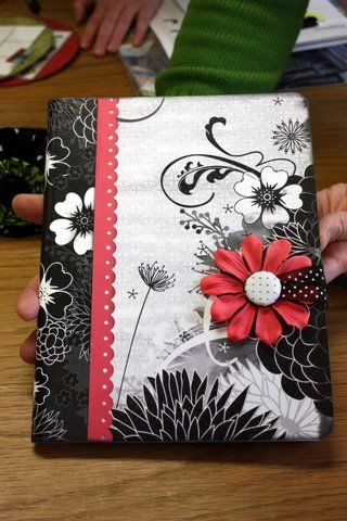 [fleur autour du bouton]  Altered composition book. Easy teen craft. Scrapbook supplies + composition book = cute journal.