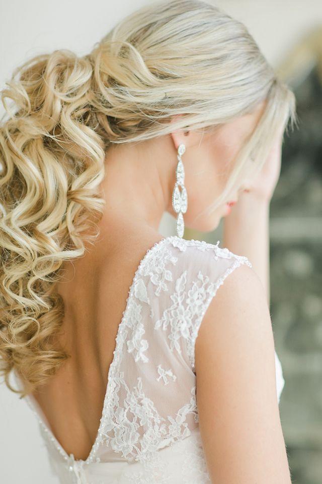 毛先をくるくるに巻いてエレガントに♡ ウェディングドレス・カラードレスに合う〜ポニーテールの花嫁衣装の髪型一覧〜