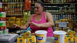 Image copyright                  Reuters Image caption                                      Problemas de suministro e inflación, dos caras de la crisis en Venezuela.                                Si vives en la mitad norte de América Latina, lo más probable es que tu economía esté marchando bien. Pero si te encuentras en la parte sur del continente, hay muchas probabilidades de que tu país esté en problemas. Quizás como nunca antes l