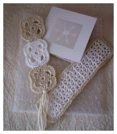 Voici, comme promis, les explications de quelques marque-pages que j'ai réalisés au tricot ou au crochet. Le marque page
