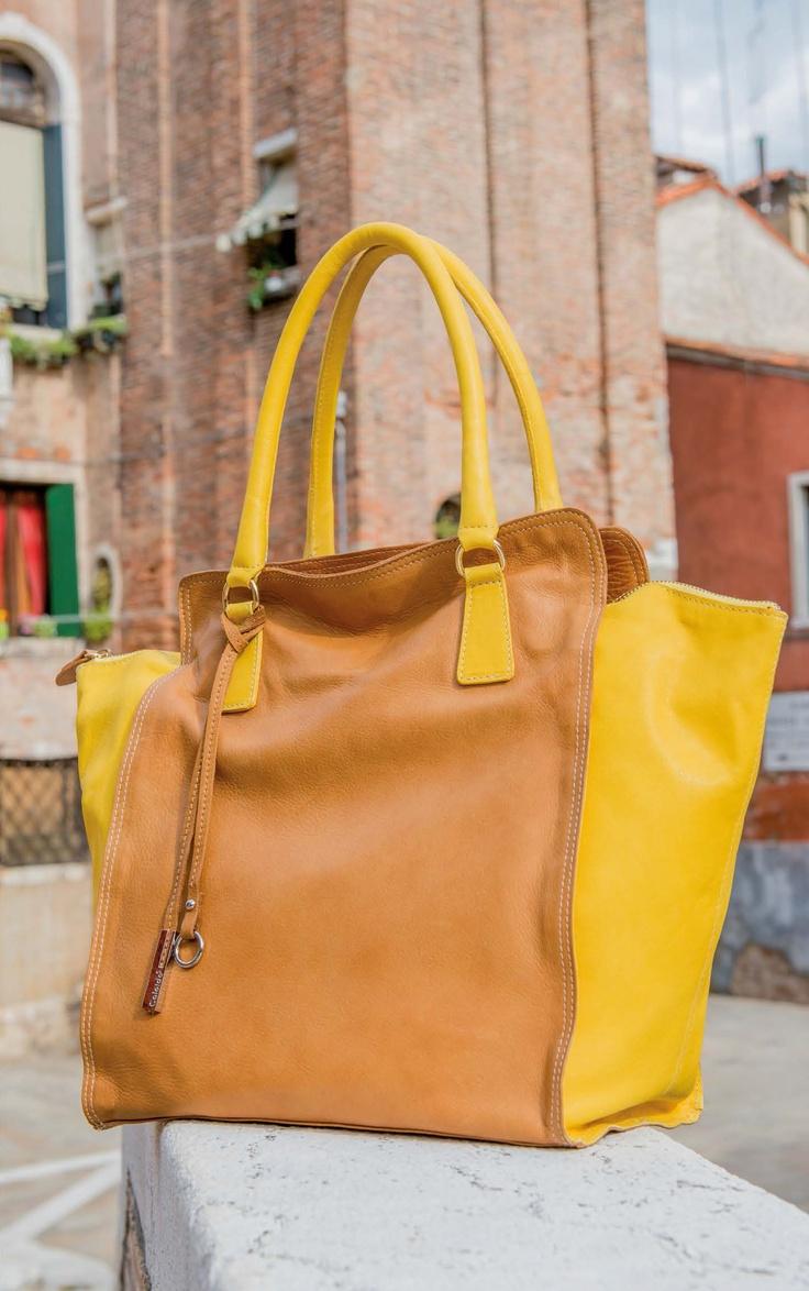 Una bella borsa bicolor...gialla come il sole che finalmente è uscito a scaldare queste giornate di primavera!