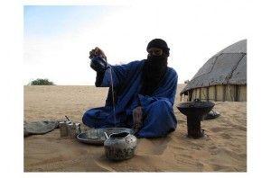un tuareg mentre si versa del buon tè alla menta con pinoli