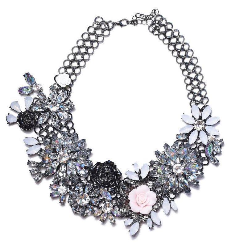 Náhrdelník s květinami bílý Luxusní květinový náhrdelník. Úžasně zpracovaný, módní atraktivní design, vhodný na výjimečné události i běžné nošení. Bižuterie, délkově upravitelný, obvod (délka) cca 40 cm, šířka aplikace cca 6 cm.