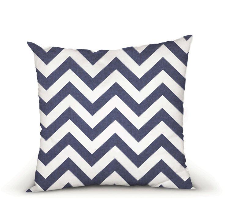 Housse Coussin, oreiller décoratif tissu Chevron Classic Bleu Marin, plusieurs dimensions de la boutique HotteCouture sur Etsy  #Etsy #Chevron #CoussinChevron #BleuMarin #ChevronBleu #Classic