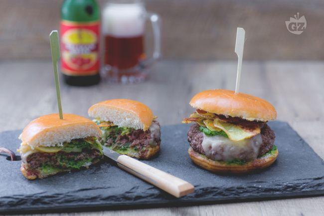 Gli hamburger piemontesi sono i tipici burger di carne Fassona serviti con salsa verde e patate croccanti. Preparateli per una cena tra amici!