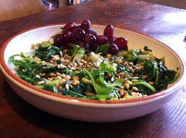 Gebakken groenten met pitten en druiven. Een bijzondere en heerlijke combinatie.