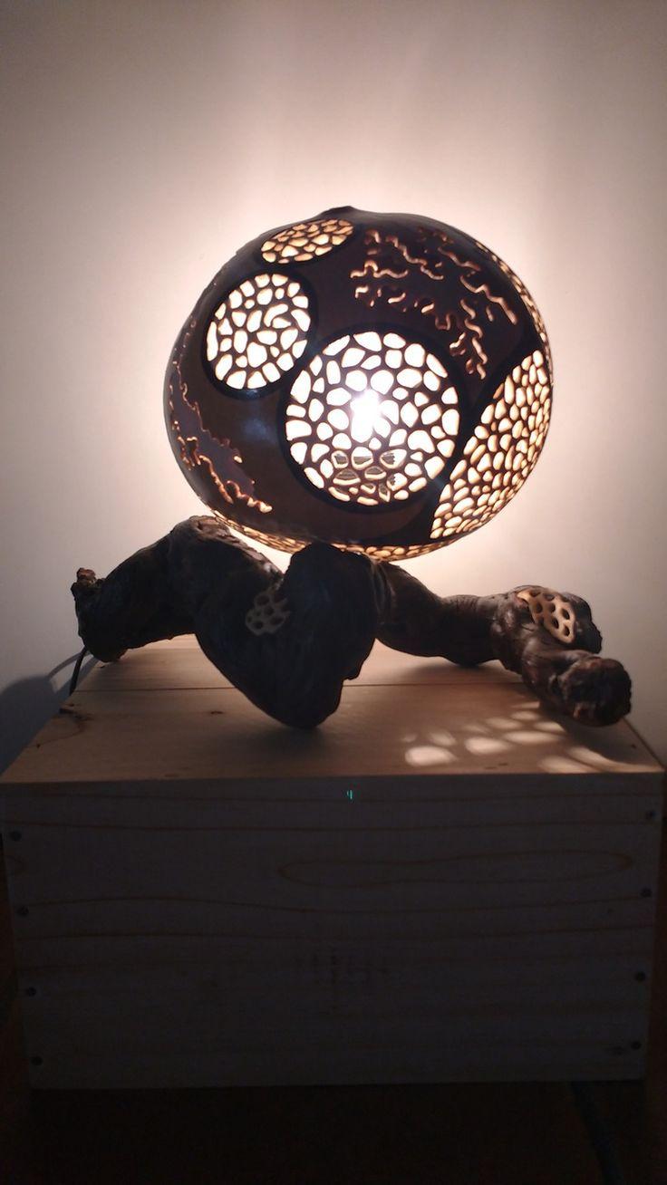Lampe calebasse motifs corail sur pied en vigne : Luminaires par calabazalie