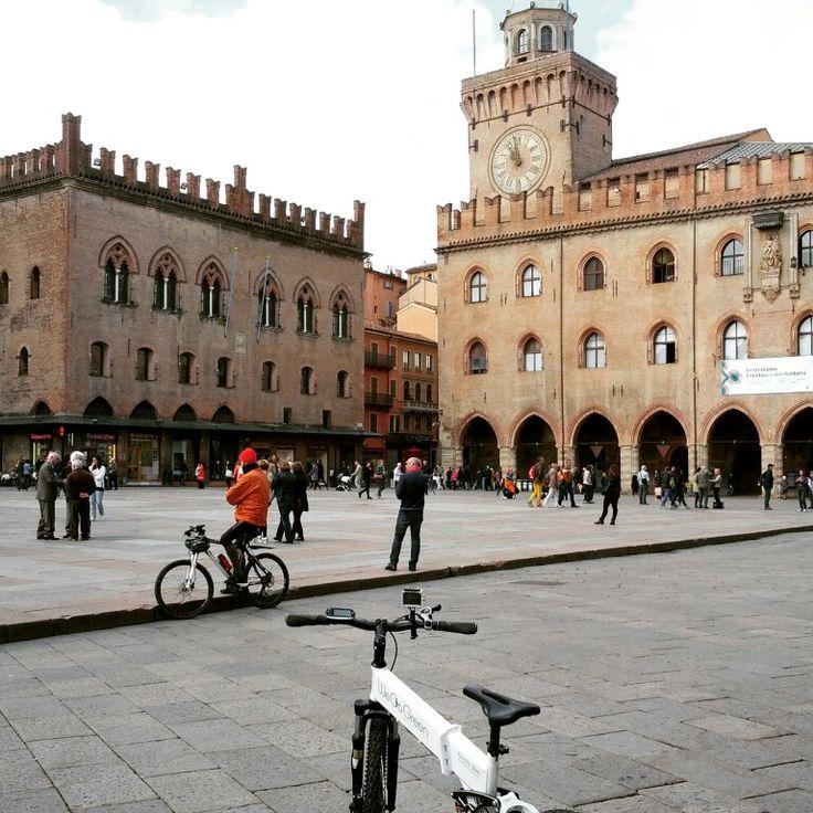 """Piazza Maggiore in bici.Con il seguente codice """" bolognainside2015 """" avrete diritto alla spedizione gratuita dal sito www.wegogreen.it"""