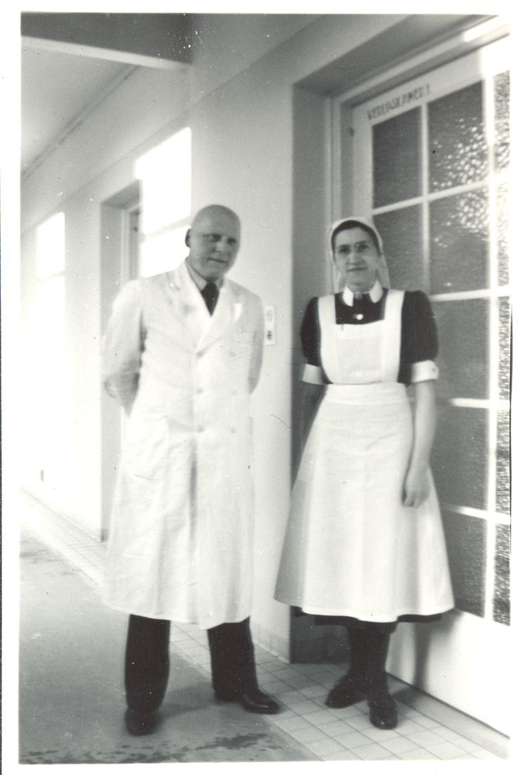 dr. Henri de Raad en zuster Co de Lange bij verloskamer 1 in 1950, Gynaecoloog in het Diaconessenhuis aan de Parklaan in Eindhoven van 1925 - 1971 #nurse #doctor #zuster #dokter #hospital #ziekenhuis