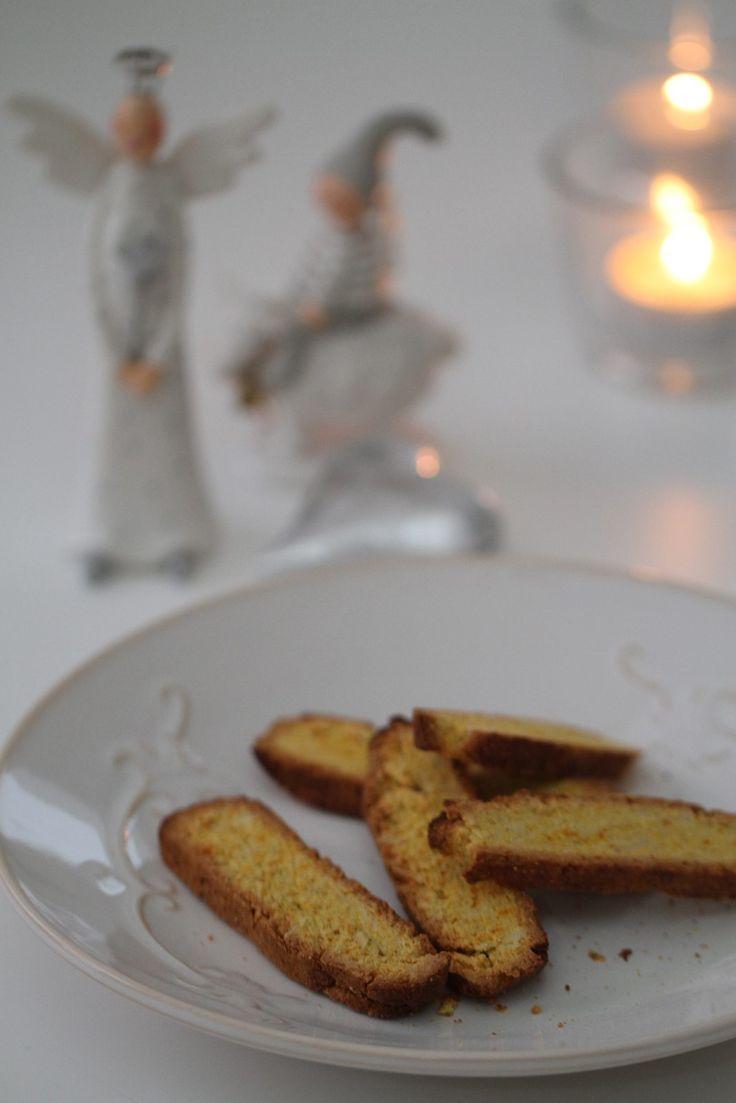 Idag är det tredje advent. Vi på Kostdoktorn har bjudit in fyra kända LCHF-profiler som bjuder på sina bästa lågkolhydratstips och recept varje söndag, för att kunna njuta av god mat med extra gott samvete. Vår tredjeadventsvärd är den populära matbloggaren och kokboksförfattaren Monique Forslund som bland annat har med den godaste LCHF-pepparkakan: Julen är...