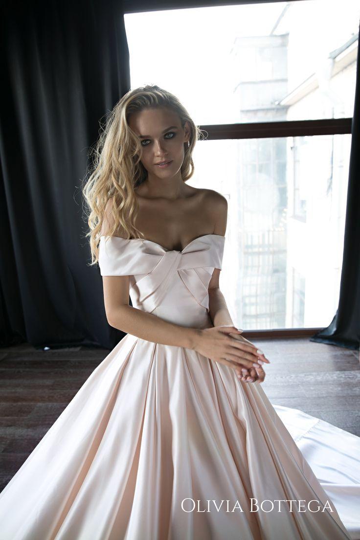 Satin Brautkleid Seiliny von Olivia Bottega. Eine Linie