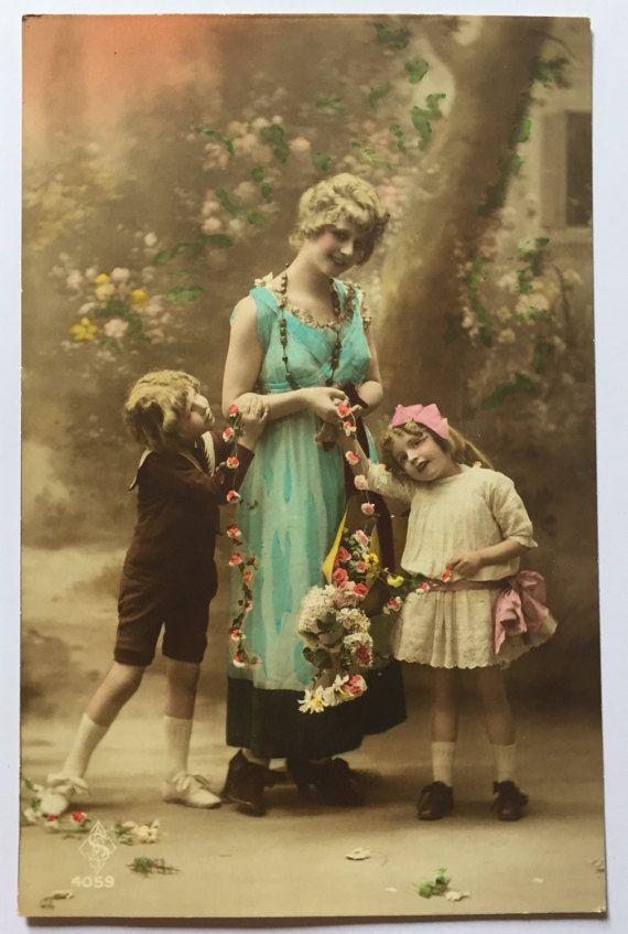 Ongebruikte antieke briefkaart * Franse moeder met haar kinderen (zoon en dochter) poseren in foto * bloemrijke gelukkig scène