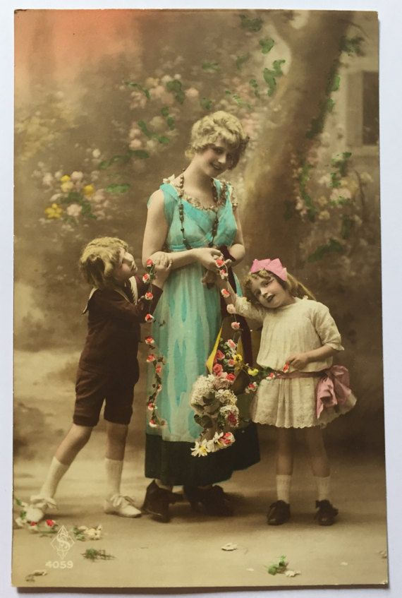 Unused antique postcard * French mother with her children (son and daughter) posing in photograph * Flowery happy scene