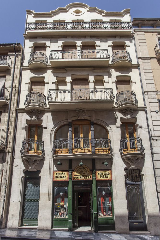 La vivienda Sant Nicolau nº 4 es un edificio dónde persisten los elementos historicistas medievales, cómo los arcos conopiales ampliamente utilizados en el gótico flamígero. #Alcoy #Alcoi Ruta Europea del #Modernismo