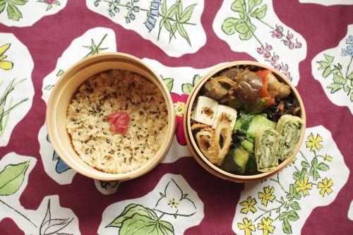 なす味噌弁当。  GW後半に温泉へ行くことにした。楽しみー。  玄米+ごま+梅干し なすとピーマンと豚肉のピリ辛味噌炒め だし巻き玉子(三つ葉) ちくわとわかめのきんぴら 高野豆腐 ひじき煮 チンゲン菜のナムル きゅうりの柚子胡椒和え