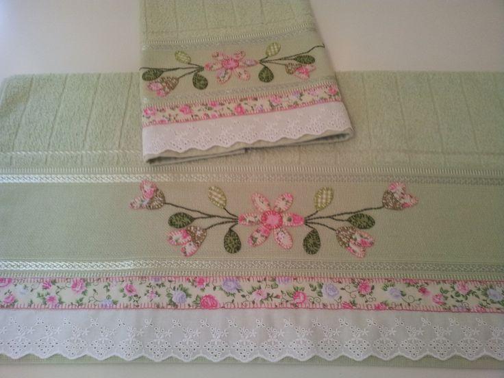 Jogo de toalhas em Patch Aplique com tecido 10% algodão, contendo: 01 Toalha de Banho de 70 X 140 cm. 01 Tolha de Rosto de 50 X 80 cm. Pode ser feito em outras cores e modelos.