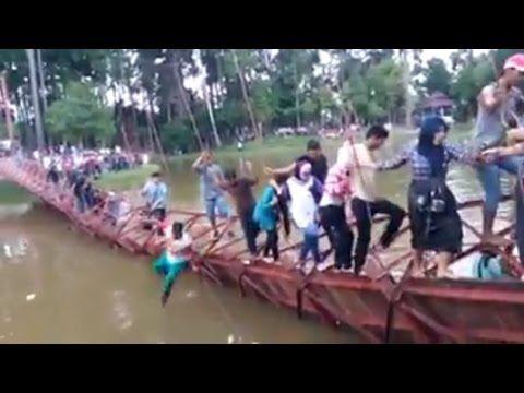 Video Detik Detik Jembatan Gantung Putus Akibat Selfie Ratusan Orang Jat...
