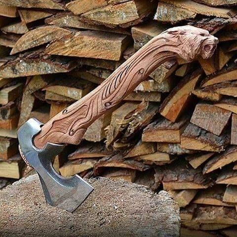 Hache avec manche sculpté