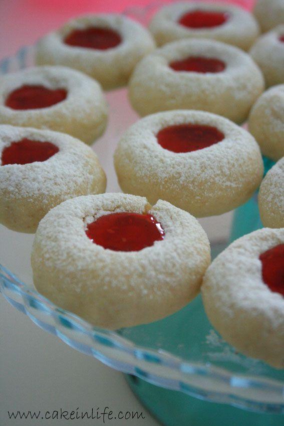Malzemeler :   100 gr tereyağı  Yarım su bardağı pudra şekeri  1 adet yumurta  1 çay kaşığı kabartma tozu  1 paket vanilya  Aldığı kadar ...