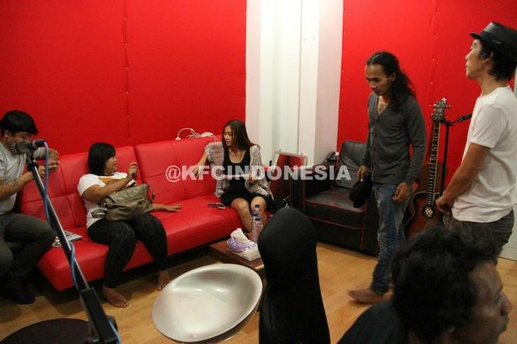 Aura Kasih, Kaka Slank, dan Bimbim Slank berdiskusi soal lagu yang akan mereka tampilkan di KFC Adu Bintang