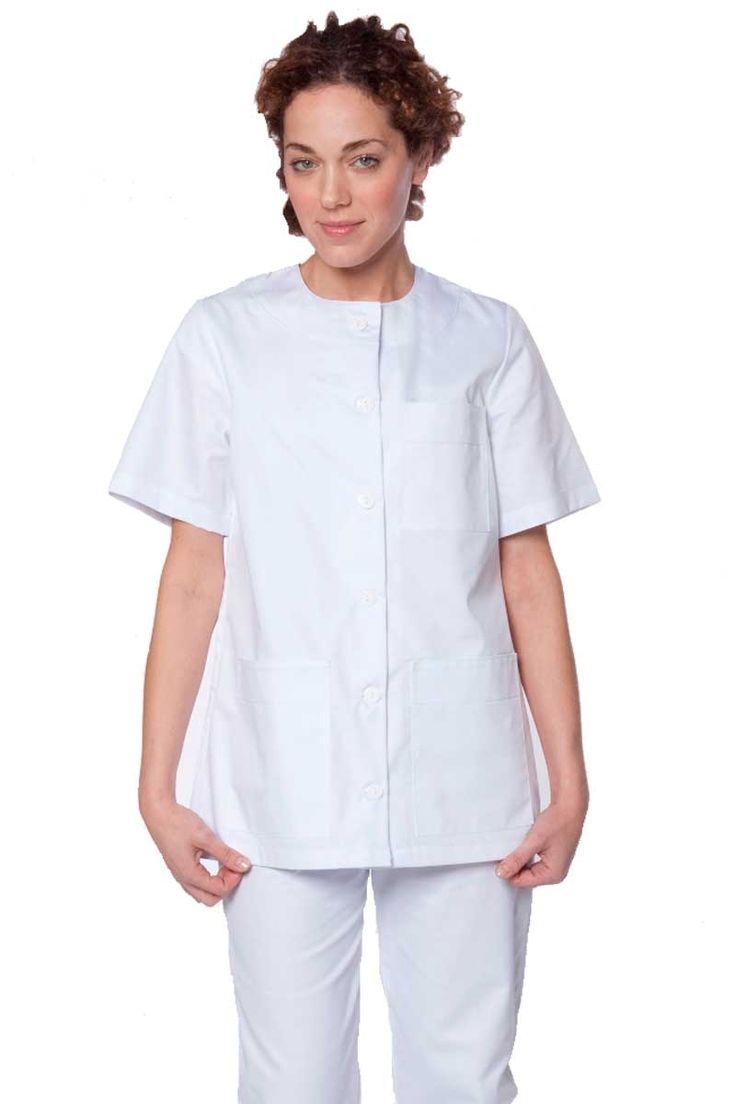 El blusón color blanco de Artel va atado mediante 6 botones delanteros. Dispone de dos bolsillos delanteros de 16 cm de ancho x 19 cm de largo. Otro bolsillo de pecho de 12 cm de ancho x 14 cm de largo. Manga corta, cuello redondo . Prenda totalmente recta, sin entallar. Con pinza en el pecho. #casaca #sanitaria #uniforme #sanidad #masuniformes #blusones