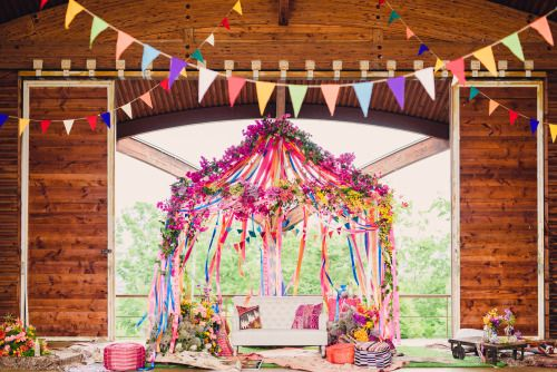装飾と一緒に撮影。 緑に映えるような、運動会の楽しげな雰囲気を盛り上げるような、モロカンカラーのカラフルな装飾をお願いしました。 当初の予定では、受付前の原っぱを披露宴会場として、ラグを敷き、ピクニックのようなスタイルで披露宴を行う予定だったのですが、前日の大雨もあり、雨を想定しての屋根付きステージでの披露宴となりました。 なので、緑に映えるような!というシチュエーションとは少し変わってしまいましたが、なんだか体育館のような雰囲気のステージでの開催もまた、運動会というテーマにあっていて良かったかなと思います^_^ ただ、当初の予定と違い、ゲストのみなさんとかなり距離ができてしまって会いに行けなかったことだけはちょっと心残りですー>_<
