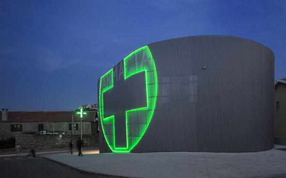 La pharmacie « Farmacia Lordelo » est une création de l'architecte portugais José Carlos Cruz.  Ce bâtiment sur 2 étages, de forme ovale est entièrement recouvert d'aluminium, de telle manière que vu de l'extérieur, il ne semble pas y avoir d'ouverture.  Le vrai point fort graphique est l'utilisation du symbole international de la croix verte mise en évidence de façon démesurée sur la façade. L'intérieur est traité avec minimalisme et une utilisation du blanc à outrance.
