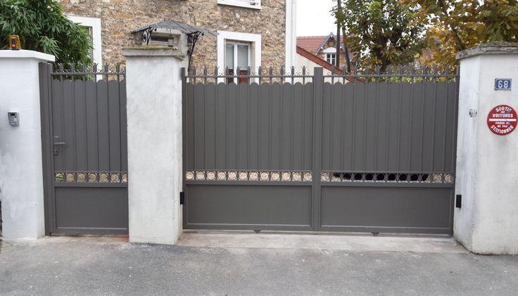Portail en aluminium, style traditionnel, avec petits ronds. Portillon et clôture alu assortis, de couleur gris beige Ral 7039, motorisé avec kit BFT