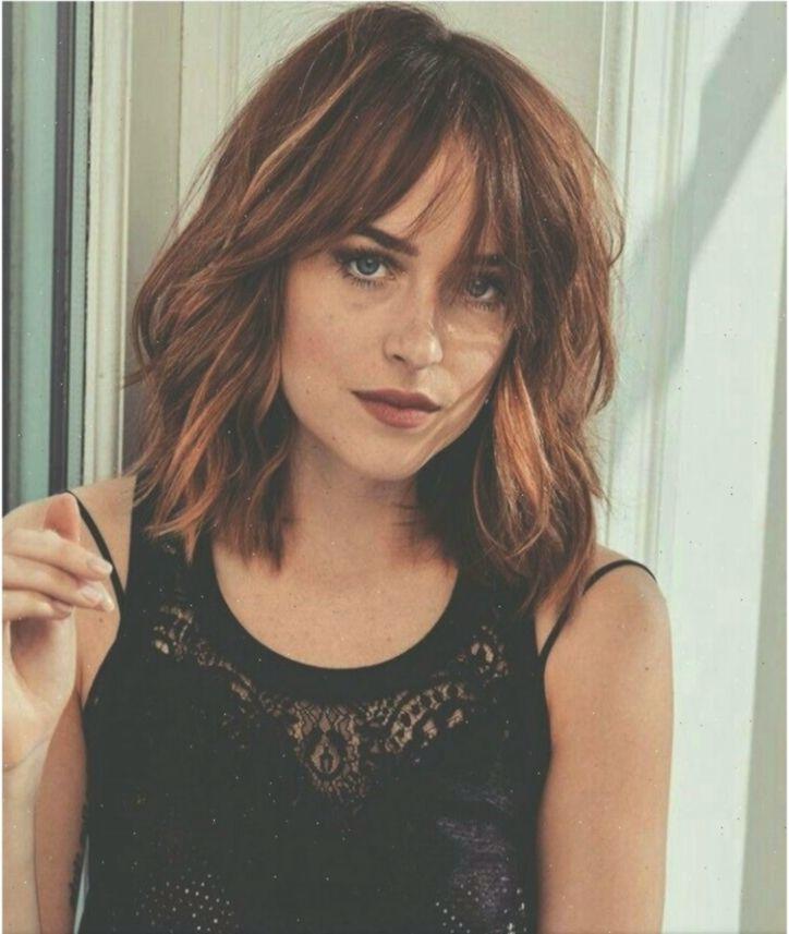 Dakota Johnson Alles Pin Kurzeshaarmitpony Shorthairwithfringewispy In 2020 Dakota Johnson Cool Hairstyles Beauty