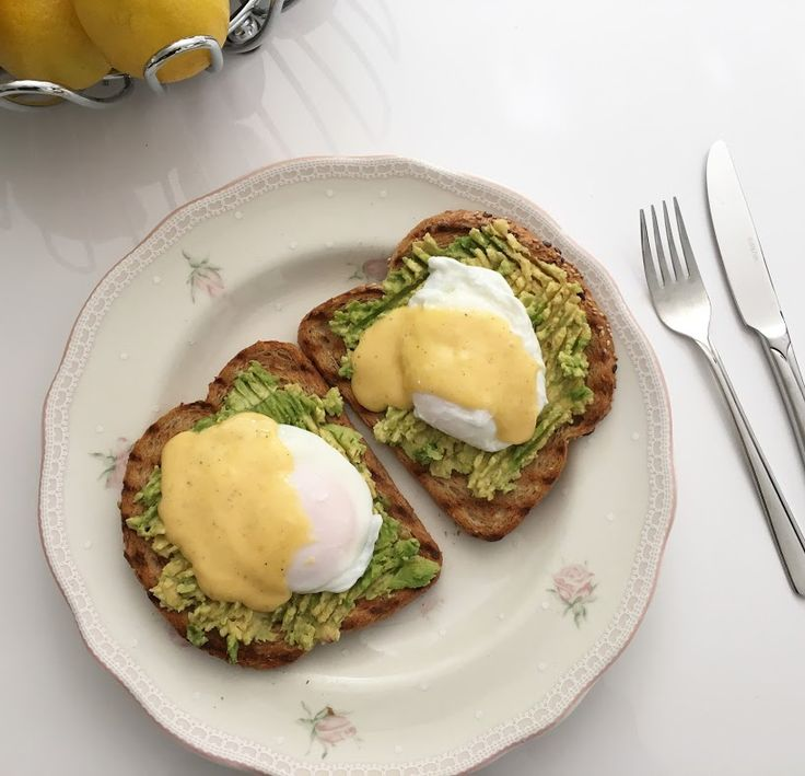 Een klassiek ontbijt uit Amerika voor als je 's ochtends een feestje wilt bouwen. Geroosterd brood of een Engelse muffin met gepocheerde eieren en Hollandaise saus. Het origineel is met bacon…